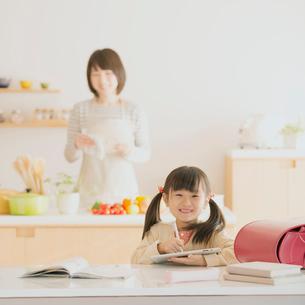 タブレットPCで勉強をする女の子の写真素材 [FYI01951864]