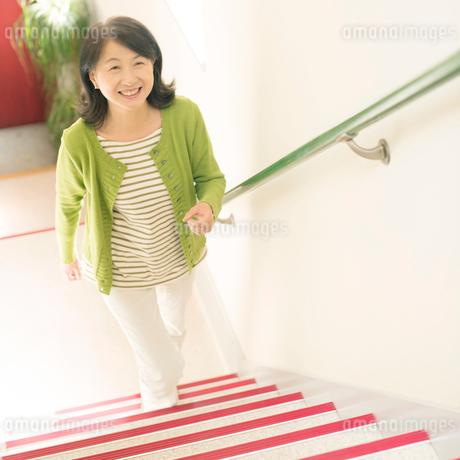 階段を上るシニア女性の写真素材 [FYI01951867]
