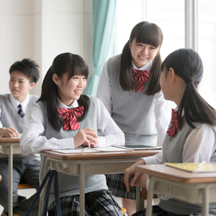 教室で談笑をする女子校生の写真素材 [FYI01951892]
