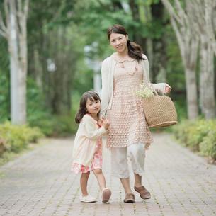 手をつなぎ微笑む親子の写真素材 [FYI01951896]