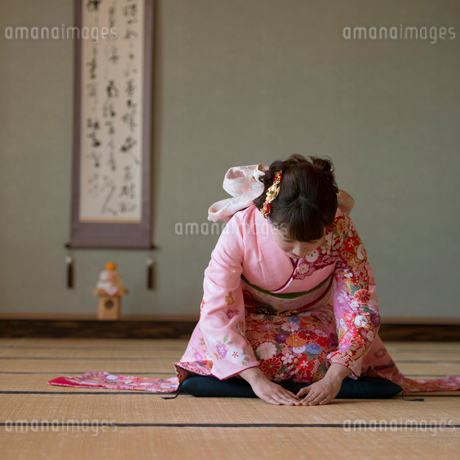 お辞儀をする着物姿の女性の写真素材 [FYI01951908]