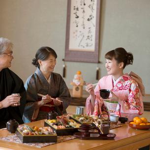 おせち料理を食べる家族の写真素材 [FYI01951909]