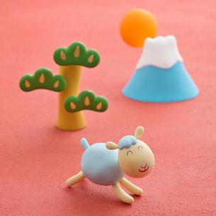羊と富士山と松 干支のクラフトの写真素材 [FYI01951916]