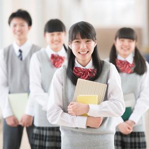 廊下で微笑む学生の写真素材 [FYI01951931]