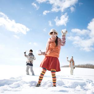 雪合戦をする若者たちの写真素材 [FYI01951951]
