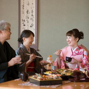 おせち料理を食べる家族の写真素材 [FYI01951954]