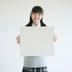 ホワイトボードを持ち微笑む中学生の写真素材 [FYI01951955]