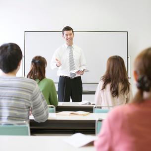 英会話教室の授業風景の写真素材 [FYI01951983]