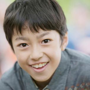 微笑む小学生の男の子の写真素材 [FYI01952010]