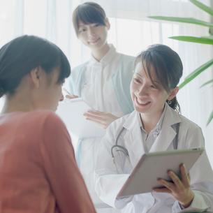 患者のカウンセリングをする女医の写真素材 [FYI01952013]