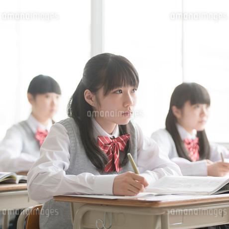 教室で授業を受ける女子校生の写真素材 [FYI01952018]