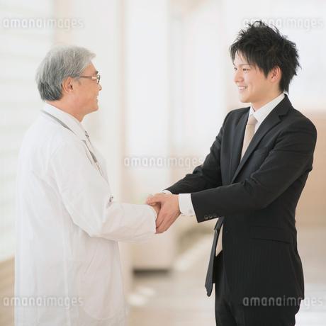 握手をする医者とMRの写真素材 [FYI01952033]