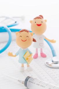 医療器具と看護師のクラフトの写真素材 [FYI01952042]
