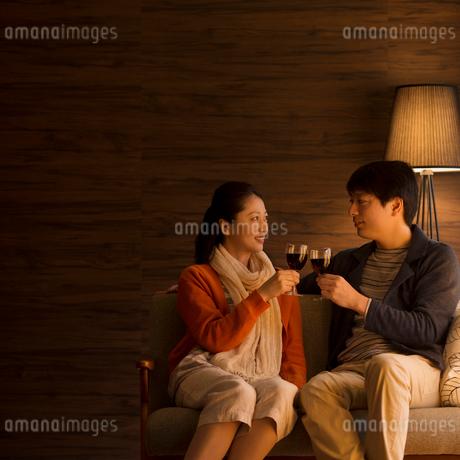 ワインで乾杯をするミドル夫婦の写真素材 [FYI01952045]
