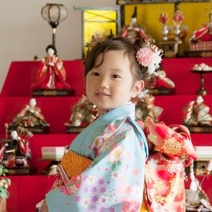 雛人形の前で微笑む女の子の写真素材 [FYI01952051]
