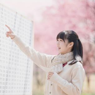 合格発表のボードを見て喜ぶ女子中学生の写真素材 [FYI01952066]