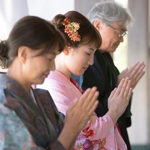 神社でお参りをする家族の写真素材 [FYI01952068]