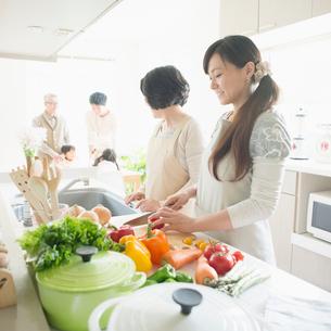 キッチンで料理をする母娘の写真素材 [FYI01952076]