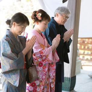 神社でお参りをする家族の写真素材 [FYI01952082]