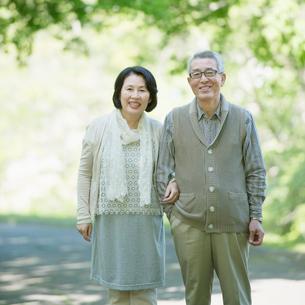 微笑むシニア夫婦の写真素材 [FYI01952094]