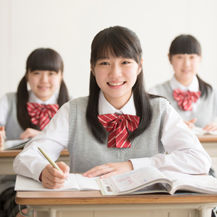 教室で授業を受ける女子校生の写真素材 [FYI01952096]