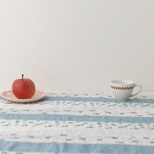 リンゴとコーヒーカップの写真素材 [FYI01952098]