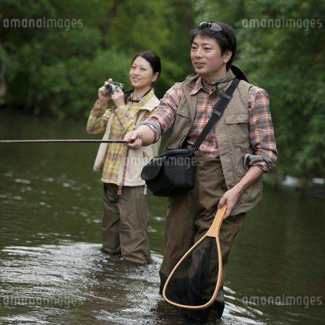 釣りをするミドル夫婦の写真素材 [FYI01952115]
