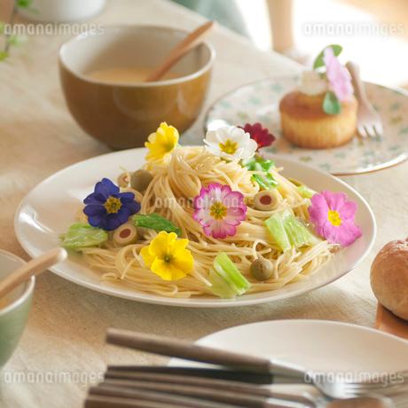 パーティーのテーブルにある花を飾ったパスタの写真素材 [FYI01952117]