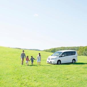 草原で手をつなぐ家族の写真素材 [FYI01952119]