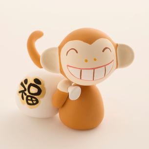 福袋を持った猿 干支のクラフトの写真素材 [FYI01952124]