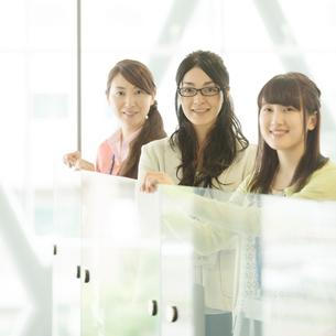 オフィスで微笑むビジネスウーマンの写真素材 [FYI01952142]