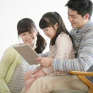 タブレットPCを見る親子の写真素材 [FYI01952175]