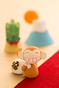 福袋を持つ猿と門松と初日の出 干支のクラフトの写真素材 [FYI01952179]