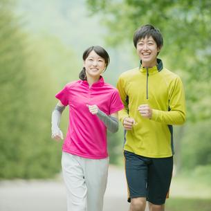 ジョギングをするカップルの写真素材 [FYI01952201]
