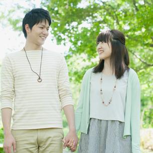 公園で手をつなぐカップルの写真素材 [FYI01952203]