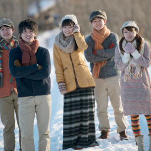 雪道に佇む若者たちの写真素材 [FYI01952212]