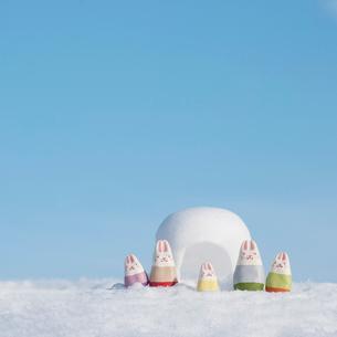 かまくらの前に並ぶウサギの家族 干支のクラフトの写真素材 [FYI01952217]