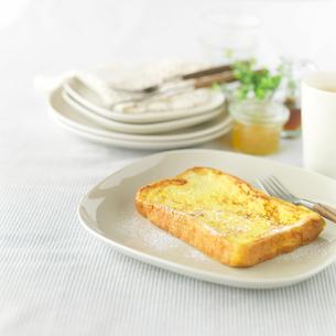 フレンチトーストと食器の朝食イメージの写真素材 [FYI01952231]