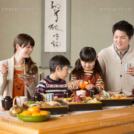 おせち料理を食べる親子の写真素材 [FYI01952234]