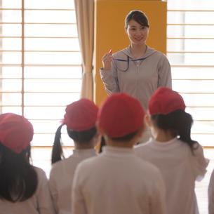 体育の授業を受ける小学生と先生の写真素材 [FYI01952235]