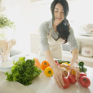 キッチンで料理をする女性の写真素材 [FYI01952249]
