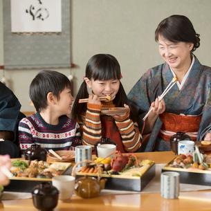 おせち料理を食べる祖母と孫の写真素材 [FYI01952261]