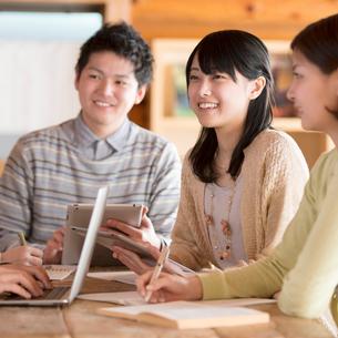 カフェで談笑をする大学生の写真素材 [FYI01952272]