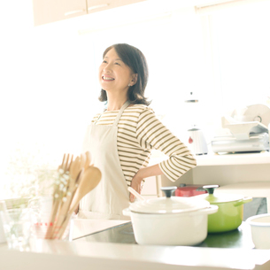 腰痛が改善したシニア女性の写真素材 [FYI01952303]