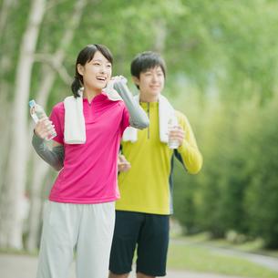 ジョギングをするカップルの写真素材 [FYI01952318]