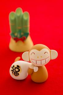 福袋を持つ猿と門松 干支のクラフトの写真素材 [FYI01952320]