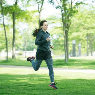 ランニングをする女性の写真素材 [FYI01952327]