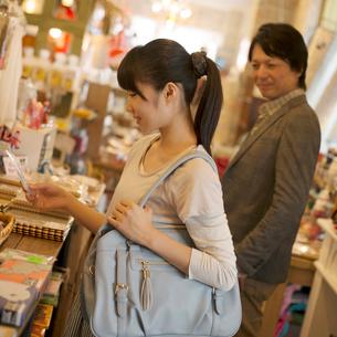 雑貨屋で買い物をする親子の写真素材 [FYI01952329]