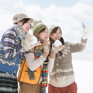 雪原で自分撮りをする3人の女性の写真素材 [FYI01952333]