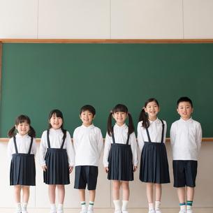 黒板の前に並ぶ小学生の写真素材 [FYI01952351]